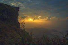 Grupa ludzi na górze góry przy phu chifa przy Chiangrai, Tajlandia Zdjęcia Royalty Free