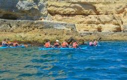 Grupa ludzi na kajakarstwie w oceanie z górami kajaki zdjęcia stock