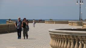 Grupa ludzi odprowadzenie na nadbrzeżu Livorno Mascagni taras jest sławnym miejscem i spotkania miejscem dla mieszkanów obraz stock