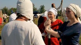 Grupa ludzi opowiada each inny w średniowiecznych kostiumach zbiory