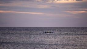 Grupa ludzi paddling wielkiego czółno, Hawaje, Duża wyspa zdjęcie royalty free