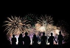 Grupa ludzi patrzeje pięknych kolorowych wakacyjnych fajerwerki Obrazy Royalty Free
