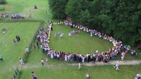 Grupa ludzi patrzeje tancerza widok z lotu ptaka od above zdjęcie wideo