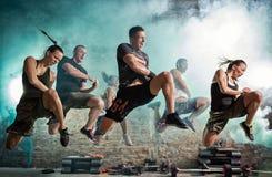 Grupa ludzi pełno energetyczny robi kopnięcia ćwiczenie Zdjęcia Stock