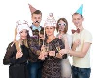 Grupa ludzi pod maskami na przyjęcie urodzinowe napoju otuchach zdjęcie royalty free