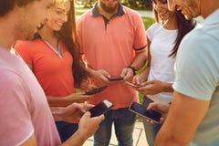 Grupa ludzi podnosił ich ręki z w górę telefonów komórkowych zdjęcia stock