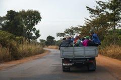 Grupa ludzi podróżuje z tyłu ciężarówki w Oio regionie gwinea Bissau Fotografia Stock