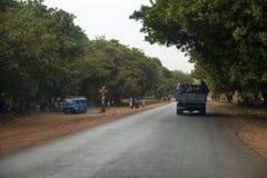 Grupa ludzi podróżuje z tyłu ciężarówki w Oio regionie gwinea Bissau Obrazy Royalty Free