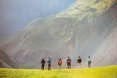 Grupa ludzi przeciw górom dolinnym Fotografia Royalty Free