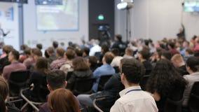 Grupa ludzi przy konferencją w audytorium zbiory wideo