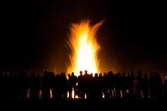 Grupa ludzi przy ogniskiem fotografia stock