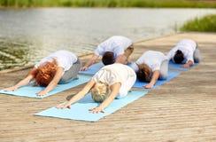 Grupa ludzi robi joga ćwiczy outdoors Fotografia Royalty Free