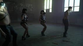 Grupa ludzi synchronously tanczy w wielkiej zniszczonej sala zbiory wideo