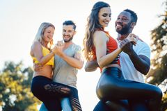 Grupa ludzi tanczy Kizomba w zmierzchu obrazy stock