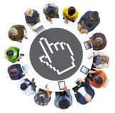 Grupa Ludzi Używa Cyfrowych przyrząda z pointeru symbolem zdjęcie royalty free