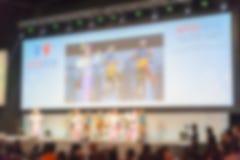 Grupa ludzi w dużym sala convention center zdjęcia stock