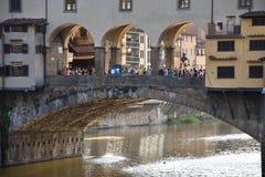 Grupa ludzi w Ponte Vecchio stary most nad Arno rzeką w Florencja Zdjęcia Stock