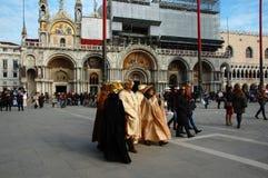 Grupa ludzi z maskami na San Marco kwadracie podczas Weneckiego karnawału Zdjęcia Stock
