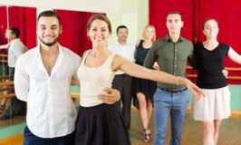 Grupa ludzi zabawę podczas gdy tanczący walc fotografia stock