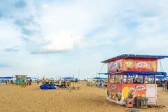 Grupa ludzi zbierał przy Marina plażą, mieć zabawę w ocean fala z pięknymi chmurami, Chennai, India 19 2017 Aug fotografia royalty free