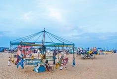 Grupa ludzi zbierał przy Marina plażą, mieć zabawę w ocean fala z pięknymi chmurami, Chennai, India 19 2017 Aug zdjęcie royalty free
