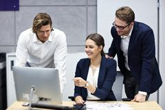 Grupa ludzie biznesu brainstorming ich pomysły zdjęcia stock
