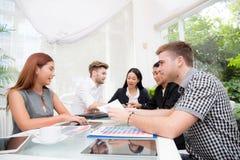 Grupa ludzie biznesu brainstorming wpólnie w pokoju konferencyjnym Zdjęcie Royalty Free