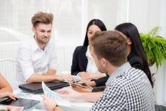 Grupa ludzie biznesu brainstorming wpólnie w pokoju konferencyjnym Obraz Stock