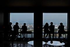 Grupa ludzie biznesu cieszy się widok od drapacza chmur Obraz Royalty Free