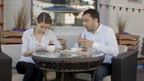 Grupa ludzie biznesu dyskutuje o plan na przyszłość przy kawiarnią zdjęcie royalty free