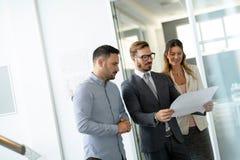 Grupa ludzie biznesu kolaboruje w biurze zdjęcia royalty free