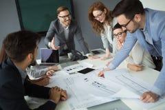 Grupa ludzie biznesu kolaboruje w biznesowym biurze zdjęcia royalty free