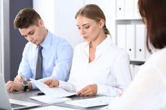 Grupa ludzie biznesu lub prawnicy dyskutuje terminy transakcja w biurze Koledzy pracuje wszystko wpólnie Meetin obraz royalty free