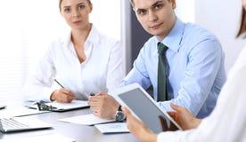 Grupa ludzie biznesu lub prawnicy dyskutuje terminy transakcja w biurze Koledzy pracuje wszystko wpólnie Ostrość o obrazy stock