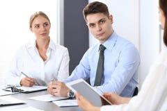 Grupa ludzie biznesu lub prawnicy dyskutuje terminy transakcja w biurze Koledzy pracuje wszystko wpólnie Ostrość o zdjęcie stock