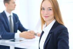Grupa ludzie biznesu lub prawnicy dyskutuje terminy transakcja w biurze Ostrość przy młodą biznesową kobietą spotkanie zdjęcie royalty free