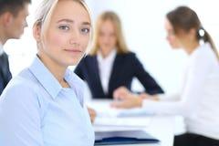 Grupa ludzie biznesu lub prawnicy dyskutuje terminy transakcja w biurze Ostrość przy młodą biznesową kobietą spotkanie zdjęcie stock