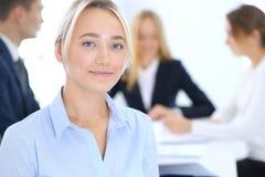 Grupa ludzie biznesu lub prawnicy dyskutuje terminy transakcja w biurze Ostrość przy młodą biznesową kobietą spotkanie zdjęcia stock