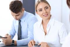 Grupa ludzie biznesu lub prawnicy dyskutuje terminy transakcja w biurze Spotkania i pracy zespołowej pojęcie obraz royalty free