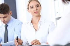 Grupa ludzie biznesu lub prawnicy dyskutuje terminy transakcja w biurze Spotkania i pracy zespołowej pojęcie obraz stock