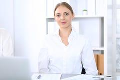 Grupa ludzie biznesu lub prawnicy dyskutuje terminy transakcja w biurze Spotkania i pracy zespołowej pojęcie zdjęcia royalty free