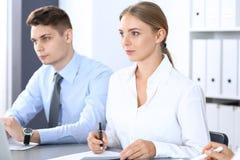 Grupa ludzie biznesu lub prawnicy dyskutuje terminy transakcja w biurze Spotkania i pracy zespołowej pojęcie zdjęcie stock