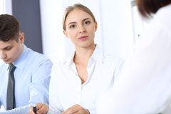 Grupa ludzie biznesu lub prawnicy dyskutuje terminy transakcja w biurze Spotkania i pracy zespołowej pojęcie fotografia stock