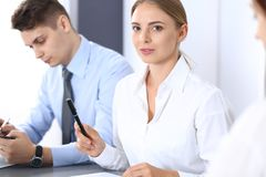 Grupa ludzie biznesu lub prawnicy dyskutuje terminy transakcja w biurze Spotkania i pracy zespołowej pojęcie zdjęcie royalty free