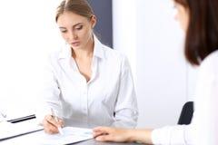 Grupa ludzie biznesu lub prawnicy dyskutuje terminy transakcja w biurze Spotkania i pracy zespołowej pojęcie obrazy royalty free