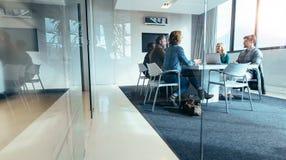 Grupa ludzie biznesu ma dyskusję w sala konferencyjnej obraz stock