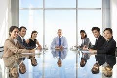 Grupa ludzie biznesu Ma spotkani rady Wokoło szkło stołu Fotografia Royalty Free