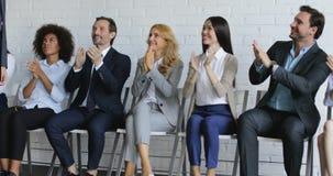 Grupa ludzie biznesu Oklaskuje Głośnikowego odprowadzenie W sala konferencyjnej Na spotkaniu, koledzy Zespala się powitanie lider zdjęcie wideo