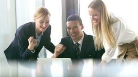 Grupa ludzie biznesu patrzeje laptop i wysokość zbiory