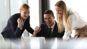 Grupa ludzie biznesu patrzeje laptop i wysokość zdjęcie wideo